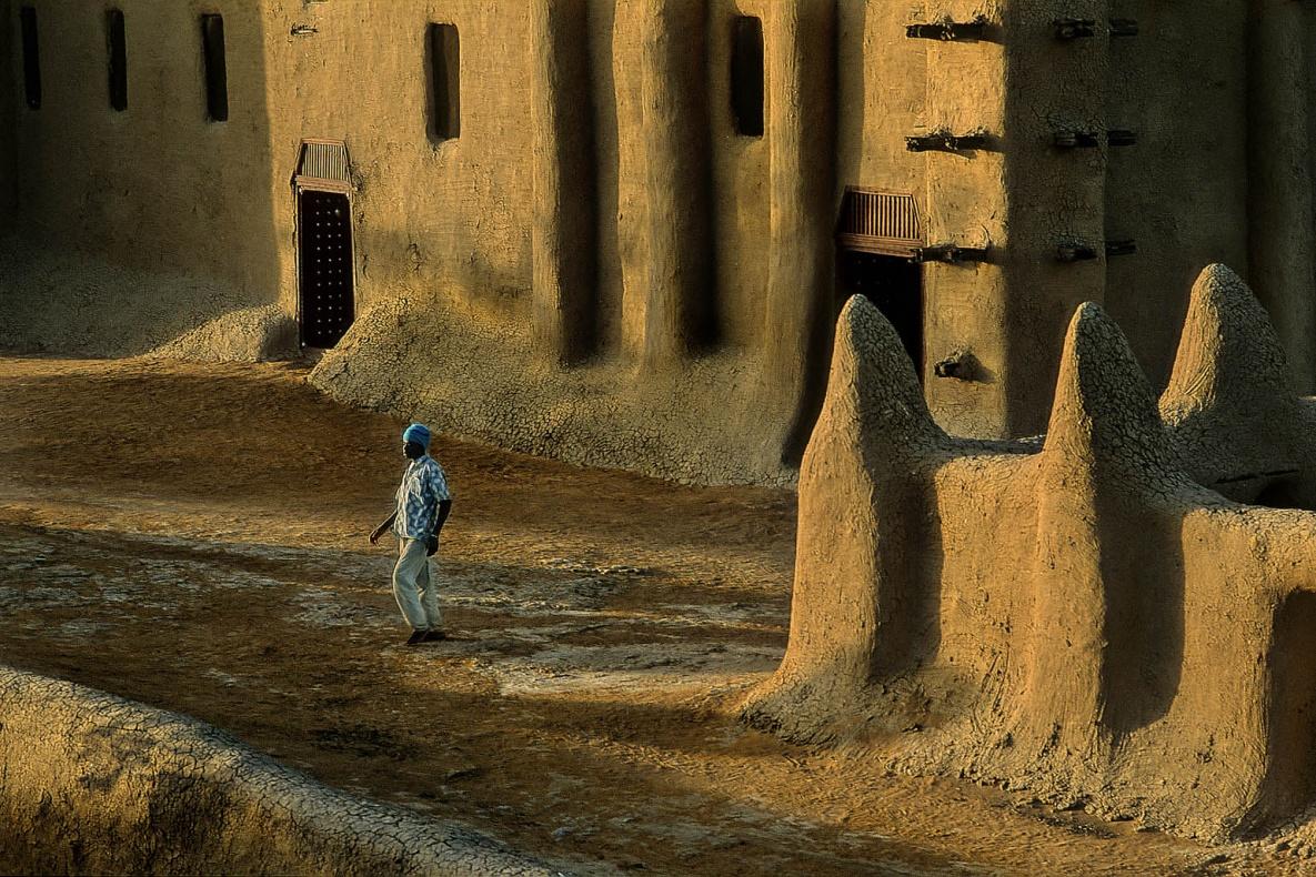 [infoHide=English]  The great Mosque of Djenne - Mali. The actual Mosque is reconstructed at the beginning of 20th century on the rests of the precedent make in nineteenth-century, in a site devoted to the religious cult since 14th centuri . Splendid example of Saharan architecture, pulsating heart of the city, is the spectacular emblem of the black Islam, with its audacious towers, its stairs beveling for the time, are the most big construction in mud and wood of the world. A grandiose monument of Saharan architecture, that owes his forms to the absence of stone in the region. The annual party for the maintenance of the mosque, involves the whole community of the inhabitants of Djenné: the jobs are conducted with traditional methods among songs, prayers and cheerful hymns to Allah. Children the assignment is to amalgamate the mud, the young people climb on the walls of the mosque and they proceed to place the new layer of material of covering. The women bring the necessary water to the manufacture of the plaster. The whole procedure is directed by the eminent members of the guild of the masons, while the elderly ones, in that them same have completed in the passed the same work,  have sat to the place of honor and they assist to the whole operation. Film[/infoHide]  La grande Moschea di Djenne - Mali. L'attuale edifico risulta essere quello ricostruito ai primi del 900 sui resti di quello ottocentesco precedente, in un sito dedicato al culto religioso sin dal Trecento. Splendido esempio di architettura sahariana, cuore pulsante della città, è l'emblema spettacolare dell'Islam Nero, con le sue mura merlate, le sue torri audaci, i suoi scalini smussati dal tempo, è la più imponente costruzione in terra del mondo. Un grandioso monumento di architettura sahariana, che deve le sue forme alla scarsità di pietre da costruzione in loco, per cui qui i grandi edifici in passato venivano costruiti impastando fango e paglia su una struttura di legno, le cui estremità lasciate 