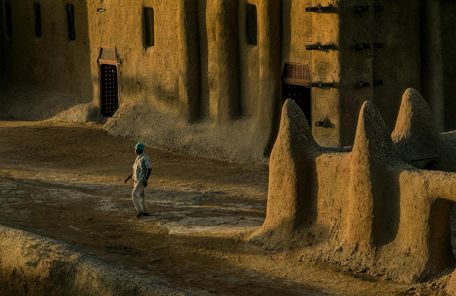 [infoHide=English]  The great Mosque of Djenne - Mali 2009. The actual Mosque is reconstructed at the beginning of 20th century on the rests of the precedent make in nineteenth-century, in a site devoted to the religious cult since 14th centuri . Splendid example of Saharan architecture, pulsating heart of the city, is the spectacular emblem of the black Islam, with its audacious towers, its stairs beveling for the time, are the most big construction in mud and wood of the world. A grandiose monument of Saharan architecture, that owes his forms to the absence of stone in the region. The annual party for the maintenance of the mosque, involves the whole community of the inhabitants of Djenné: the jobs are conducted with traditional methods among songs, prayers and cheerful hymns to Allah. Children the assignment is to amalgamate the mud, the young people climb on the walls of the mosque and they proceed to place the new layer of material of covering. The women bring the necessary water to the manufacture of the plaster. The whole procedure is directed by the eminent members of the guild of the masons, while the elderly ones, in that them same have completed in the passed the same work,  have sat to the place of honor and they assist to the whole operation. Film[/infoHide]  La grande Moschea di Djenne - Mali 2009. L'attuale edifico risulta essere quello ricostruito ai primi del 900 sui resti di quello ottocentesco precedente, in un sito dedicato al culto religioso sin dal Trecento. Splendido esempio di architettura sahariana, cuore pulsante della città, è l'emblema spettacolare dell'Islam Nero, con le sue mura merlate, le sue torri audaci, i suoi scalini smussati dal tempo, è la più imponente costruzione in terra del mondo. Un grandioso monumento di architettura sahariana, che deve le sue forme alla scarsità di pietre da costruzione in loco, per cui qui i grandi edifici in passato venivano costruiti impastando fango e paglia su una struttura di legno, le cui estremità