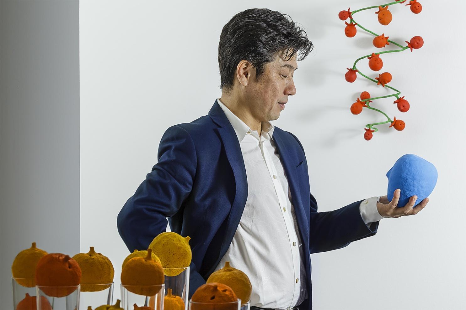 [infoHide=English] Dialogue: Kazumasa and the apple - blackbird Mizokami Kazumasa sculptor [/infoHide]  Dialogo:  Kazumasa e la mela-merla Mizokami Kazumasa scultore