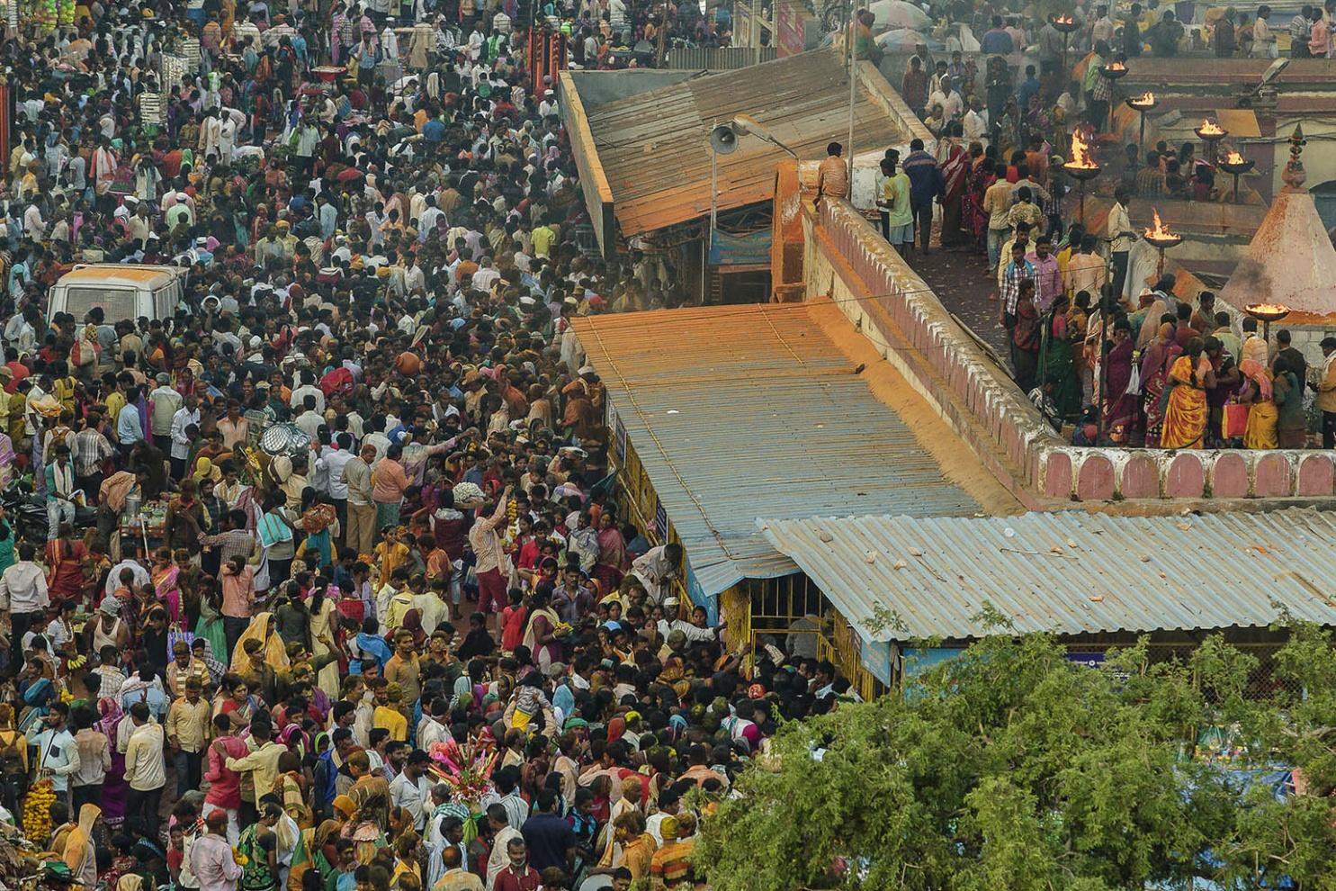 Nella notte del primo giorno di luna piena del mese Hindu di Margasira giorno noto come Bharat Hunnime 100.000 pellegrini celebrano il Renuka Yellamma Jatra On the night of the first full moon day of the Hindu month of Margasira day known as Bharat Hunnime 100,000 pilgrims celebrate the Renuka Yellamma Jatra