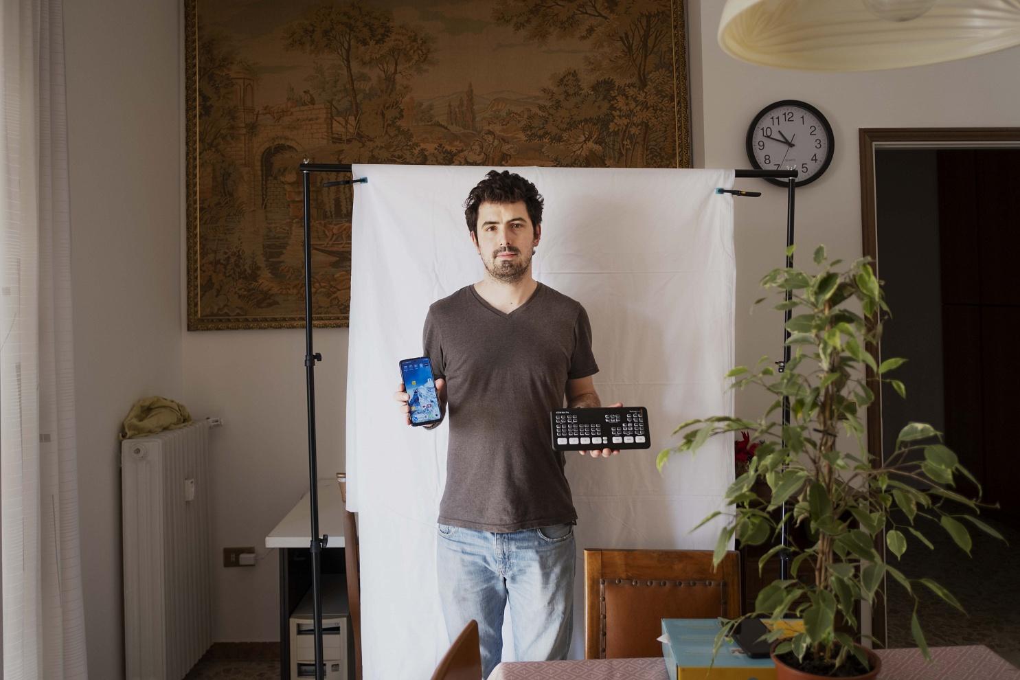 Ilario Piatti, 32 anni, Brescia - Ha acquistato un cellulare nuovo per questione di necessità e un mixer video, utile per la gestione delle richieste di lavoro a lui rivolte, comprendenti molte dirette streaming non presenti prima del lockdown.